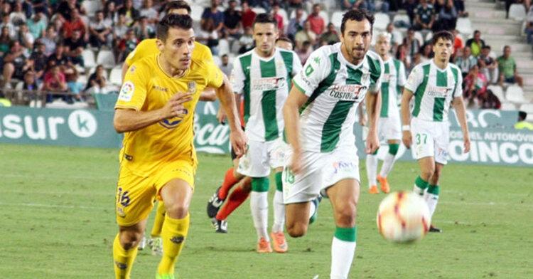 De las Cuevas persiguiendo una pelota en su debut como cordobesista. Autor: Paco Jiménez