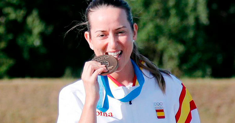 Fátima Gálvez mordiendo una de las muchas medallas de su palmarés entre Copas del Mundo, Europeos y Mundiales