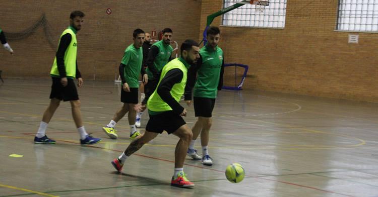 Giasson controla el balón ante sus compañeros