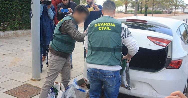 La policia judicial de la Guardia Civil incautando documentos, ipad y portátil del domicilio de Jesús León