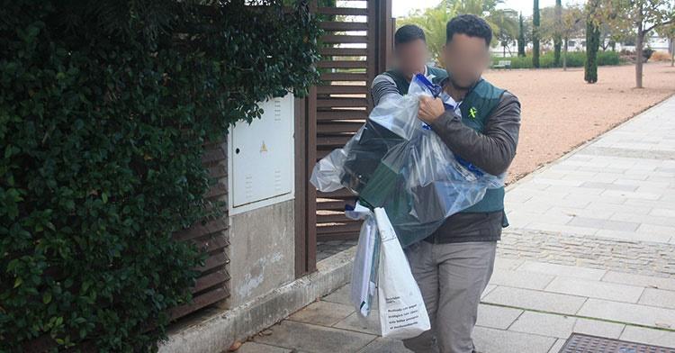 La policía judicial saliendo del domicilio de Jesús León incautando documentos, un portátil y un ipad