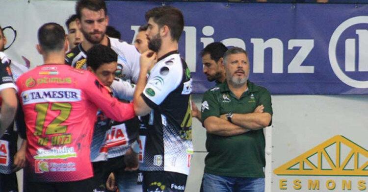Julian Ruiz concentrado junto a sus hombres en el último partido en Puente Genil frente al Benidorm