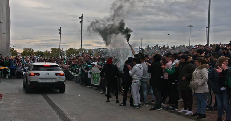 La afición del Córdoba recibiendo a los jugadores. Autor: Paco Jiménez