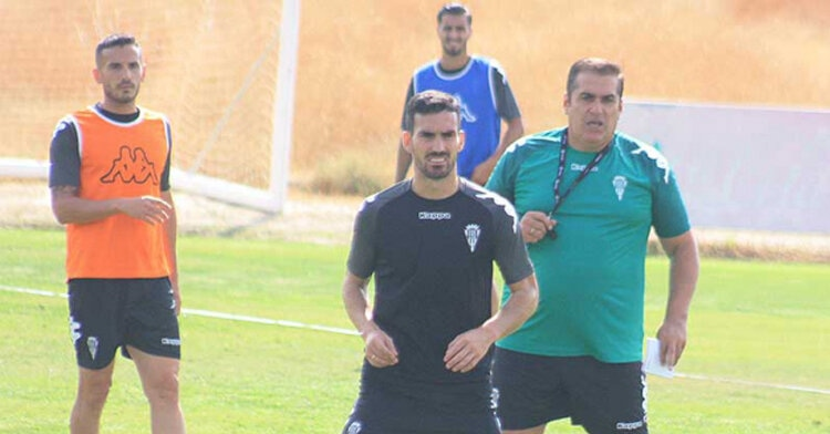 Sandoval siguiendo el entrenamiento concentrado con Alfaro delante