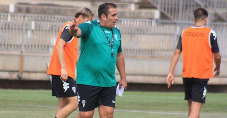Sandoval arengando a sus pupilos durante un entrenamiento.