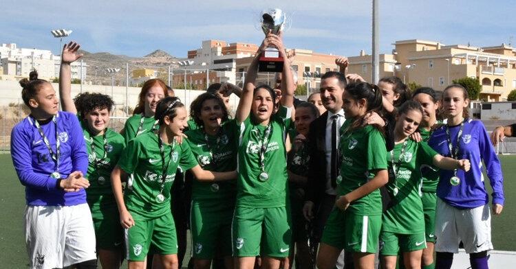 La Selección Provincial de Córdoba Sub-17 levantando el título de campeonas de Andalucía. Foto: RFAF Delegación Córdoba