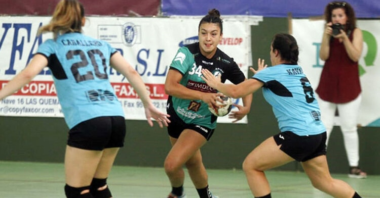 Valentina Sepulveda intentando atacar desde su extremo. Foto: CD.com