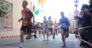 La triatleta Alba María Reguillo corriendo junto a un grupo de hombres acabó en tercera posición