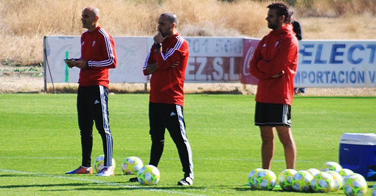 Arnau Salas siguiendo el entrenamiento entre Sebas Moyano y Toni Masferrer