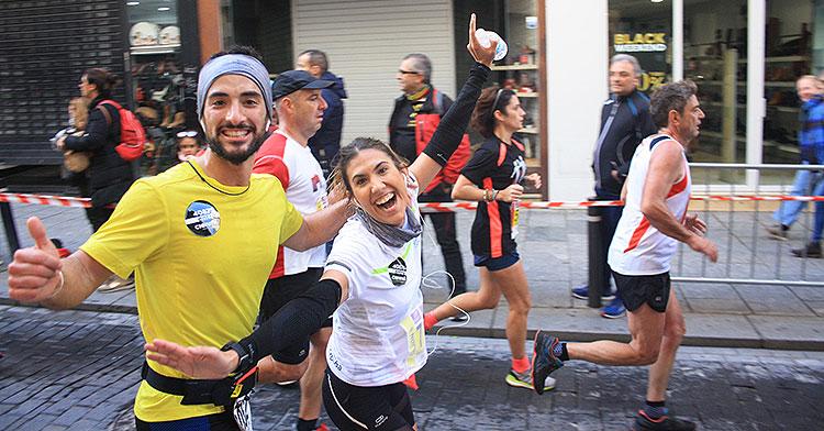 Una pareja muestra su alegría corriendo la Media Maratón 2019 a su paso por Gondomar