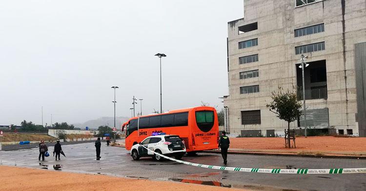 El autocar con los jugadores de la primera plantilla del Córdoba saliendo de El Arcángel entre los vehículos de la Guardia Civil