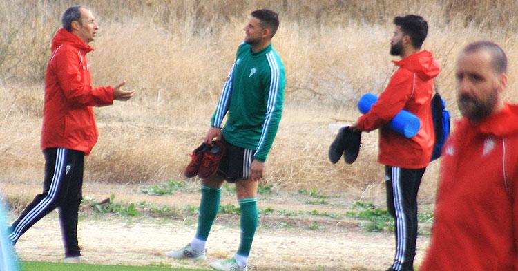 El doctor Bernardo Viana transmitiendo sus consignas a Xavi Molina cuando se disponía a abandonar la Ciudad Deportiva