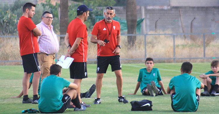 El segundo cadete del Córdoba CF estirando al término de una de las sesiones de esta temporada