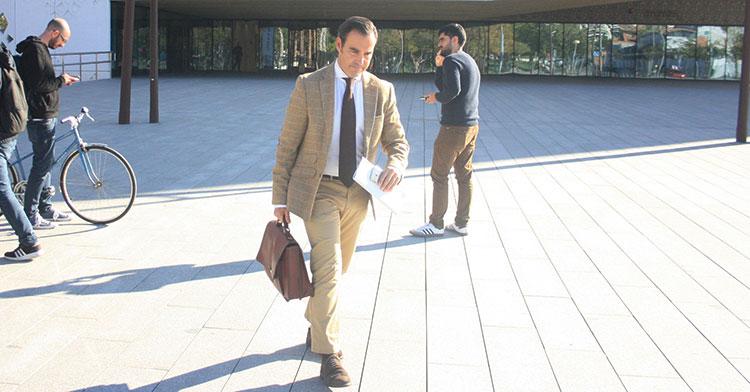 El abogado de Minoritarios, César Olleros, tras atender a los medios a su salida de las dependencias de la Ciudad de la Justicia