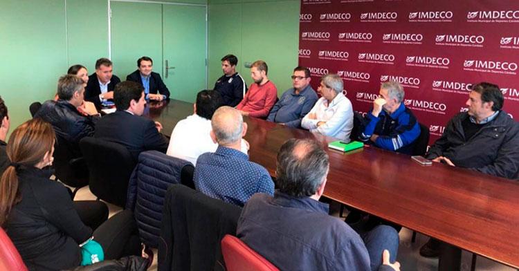 José María Bellido y Manuel Torrejimieno, junto a la gerente del IMDECO, María Luisa Gómez, departiendo con los representantes de los clubes deportivos de Córdoba