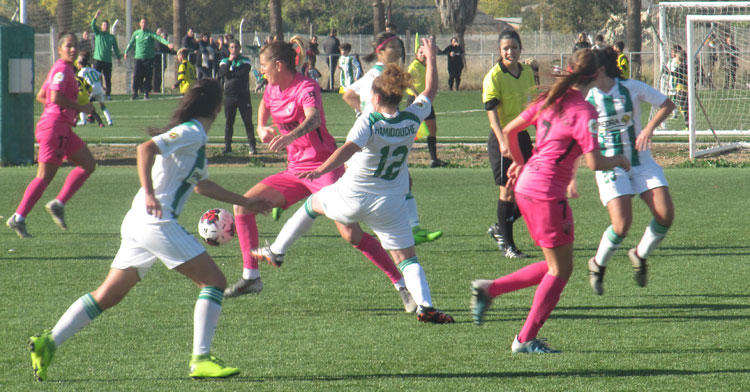 Hamidouche entrando a una jugadora rival. Autor: Rafa Fernández