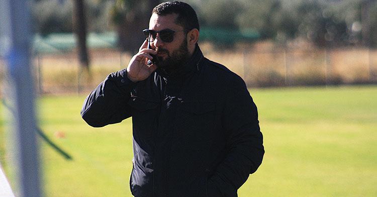 Jorge Rodríguez de Cózar hablando por su móvil en la Ciudad Deportiva