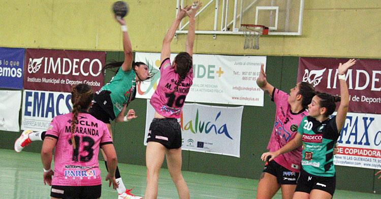 Una jugadora del Adesal lanzando con fuerza a portería. Autor: Paco Jiménez