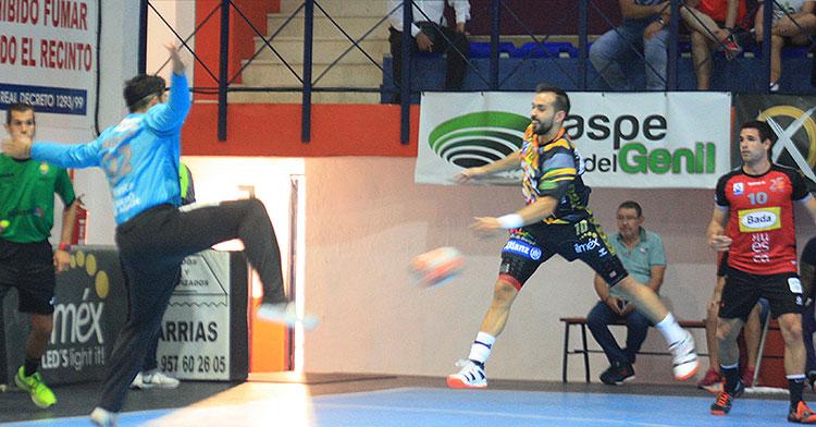 José Cuenca volando desde su extremos para batir al meta rival