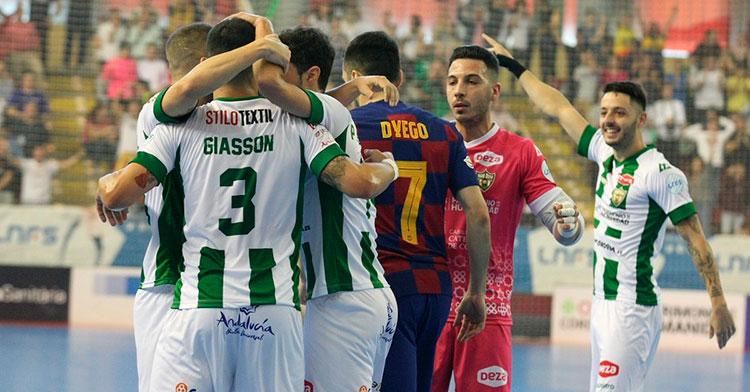 Los jugadores del Córdoba felicitan a César tras hacer el segundo tanto blanquiverde tras el inicial de David Leal. Autor: Córdoba Patrimonio de la Humanidad
