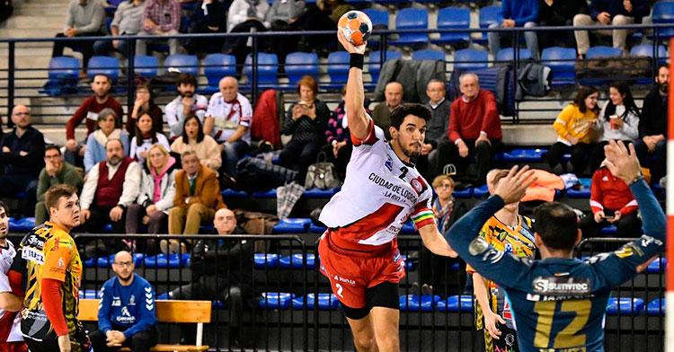 Álvaro de HIta alza sus brazos ante un jugador del BM Logroño con Mijatovic al fondo