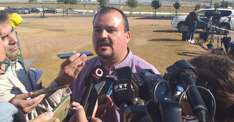 Eduardo Sánchez, portavoz de la Plataforma CCF Somos Nosotros, atendiendo a los medios en El Arcángel. Autor: Rafa Fernández