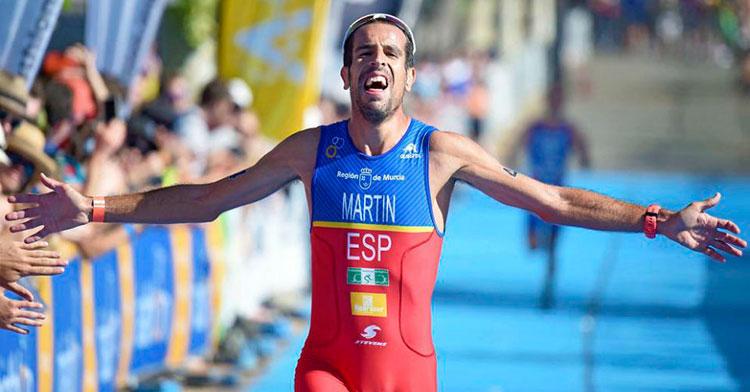 Emilio Martín cruzando la meta en ganador con el maillot de la selección española en un duatlón internacional
