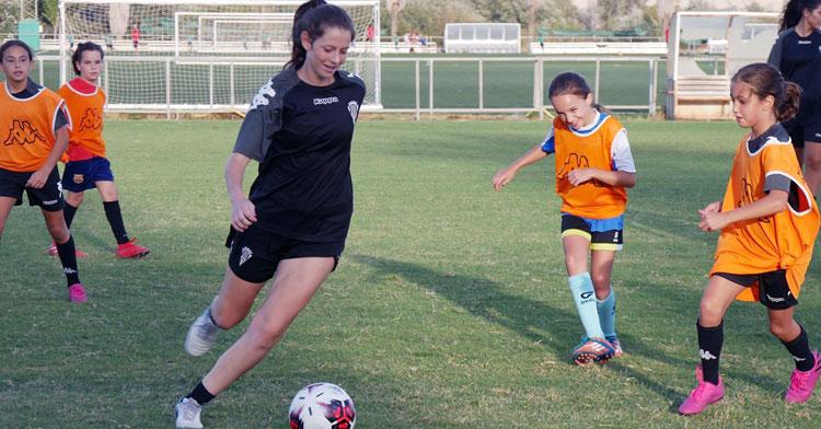 Una jugadora del Córdoba Femenino en un entrenamiento de hace meses, entonces con las categorías inferiores. Foto: Córdoba CF
