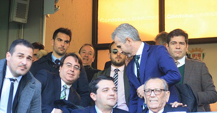 Javier Bernabéu y Francisco Estepa la segunda línea del palco de El Arcángel, con Rafael Campanero, José María Bellido y Pablo Lozano en la primera