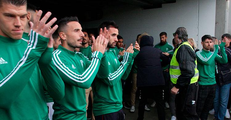 Isaac Becerra, Fernández, Sebas Moyano, en primer plano, y Javi Flores al fondo aplaudiendo a la afición por su recibimiento