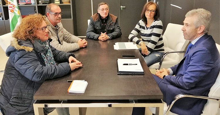 El administrador judicial, Francisco Javier Bernabéu, reunido con los representantes de la Federación de Peñas del Córdoba CF