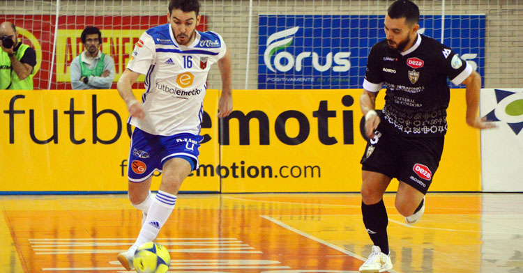 Giasson corre para tapar a un jugador del Zaragoza