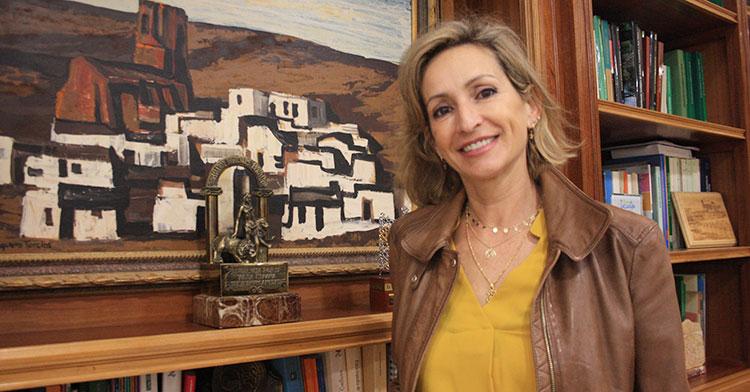 La delegada de Educación y Deporte, Igualdad, Política Sociales y Conciliación de la Junta de Andalucía, Inmaculada Troncoso, posa en su despacho de la delegación