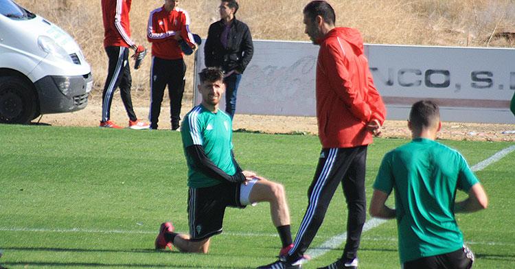 Raúl Agné departiendo con Javi Flores a la conclusión del entrenamiento mientras el de Fátima estiraba