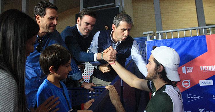 El actor Miguel de Miguel saludando junto a varios aficionados a Javi Garrido