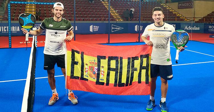 Javi Garrido mostrando junto a Martín Di Nenno la enseña nacional con su apodo en el circuito mundial