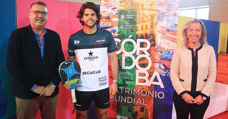 Javi Garrido posando entre Manuel Torrejimeno e Isabel Albás luciendo ya el patrocinio de Córdoba Patrimonio de la Humanidad en su camiseta