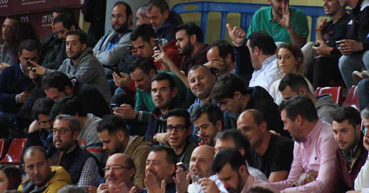 El ex-cordobesista Javi Moreno, actual entrenador del Pozoblanco, siguiendo el partido junto a su segundo, José María García Cuadrado