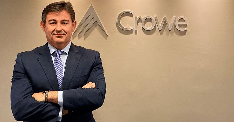 Javier González posa en las oficinas de Crowe en la capital de España
