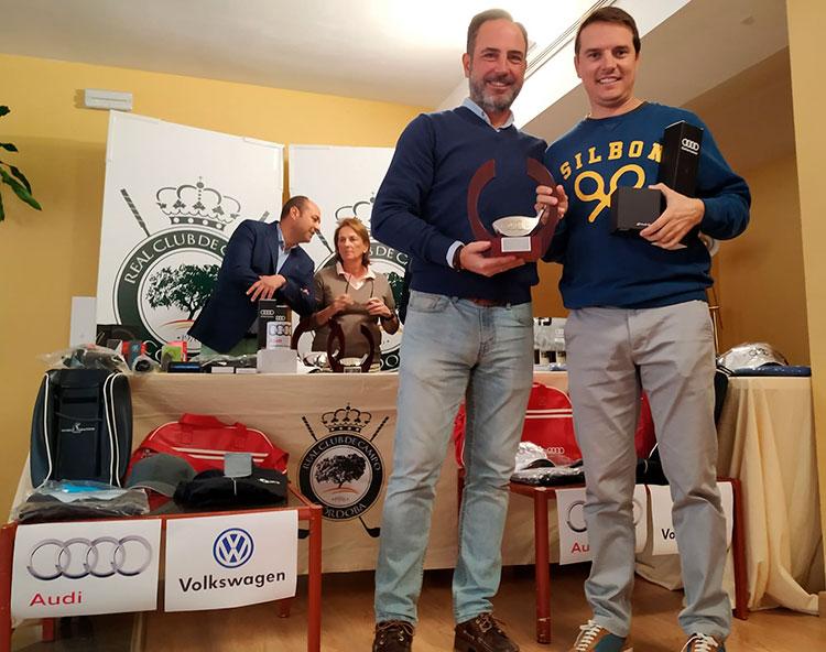 José Luis Castillo, director-gerente de Safamotor, entregando el premio al vencedor absoluto del Torneo Juande Benítez