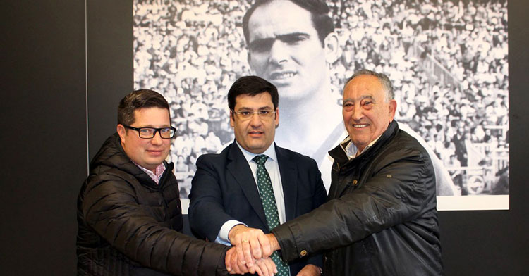 Los representantes de Juanín y Diego junto al presidente cordobesista Jesús León, al que se han visto obligados a demandar. Foto: Córdoba CF