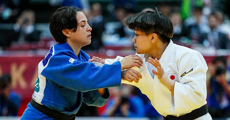 Julia Figueroa agarrando a la japonesa Funa Tonaki en la final de Osaka
