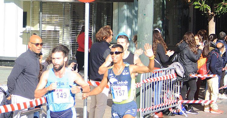 El ganador final, el marroquí Mohamed Lansi, saludando a us paso por Las Tendillas cuando marchaba en segunda posición