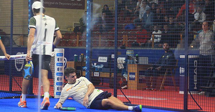 Martín Di Nenno tumbado sobre la moqueta estirando tras su problema muscular de los compases finales del partido