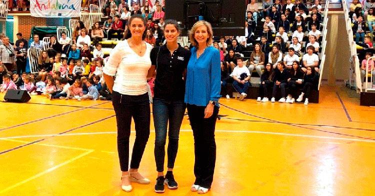 Inmaculada Troncoso junto a Lourdes Mohedano en el pabellón de Peñarroya que lleva el nombre de la gimnasta durante la presentación del programa Mentor 10