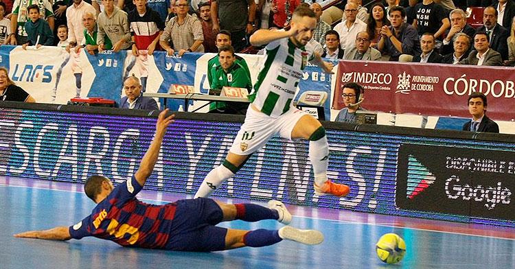 Manu Leal superando a un jugador del Barcelona