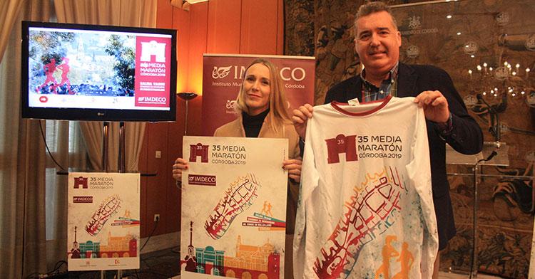 El presidente del IMDECO, Manuel Torrejimeno, y la diputada de deportes, Ana Blasco, presentando la Media Maratón de Córdoba y su cartel