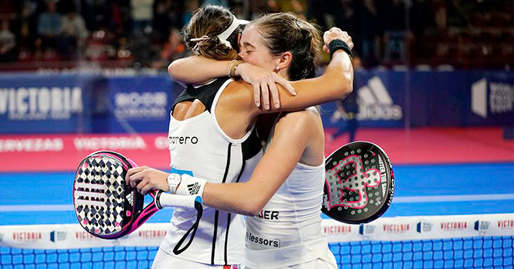Marta Ortega y Marta Marrero abrazadas tras su triunfo en cuartos de final
