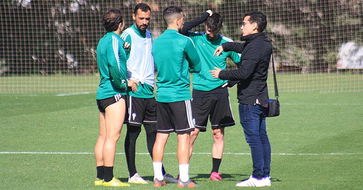 Los capitanes del Córdoba CF, con Javi Flores a la cabeza informando al jefe de prensa del club de su decisión de comparecer todos juntos en la sala de prensa