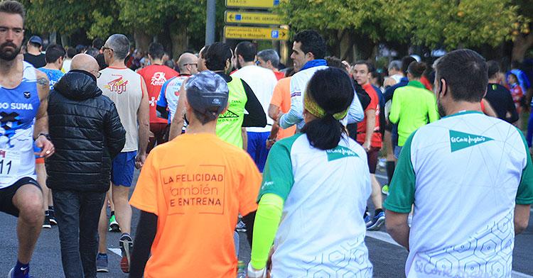El trofeo sobre la camiseta de la Media Maratón, de los pocos presentes que se mantienen respecto a los últimos años
